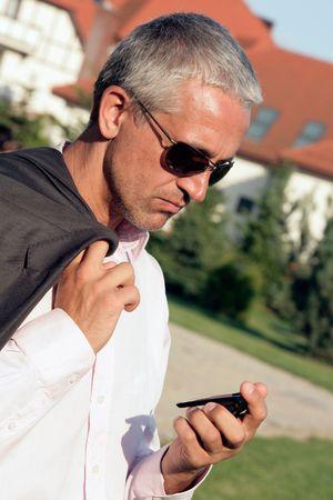 cansancio: Hombre de negocios preocupado con el tel�fono celular