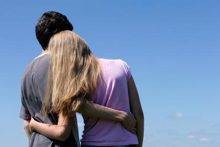 pareja de adolescentes: Pareja adolescente mirando al cielo