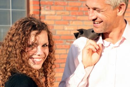 coquetear: Apuesto hombre maduro y una mujer joven y bonita Foto de archivo