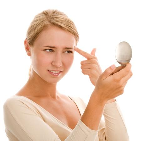 mirar espejo: Mujer examinar a s� misma en el espejo
