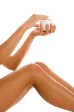 jeune fille adolescente nue: Femme appliquant la cr�me pour la peau de ses jambes