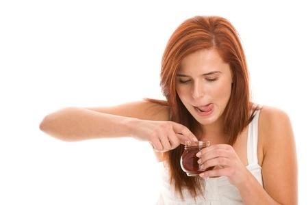 mermelada: Mujer comiendo mermelada con los dedos