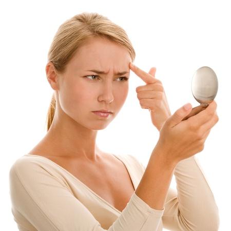 arrugas: Mujer que encuentra un acné