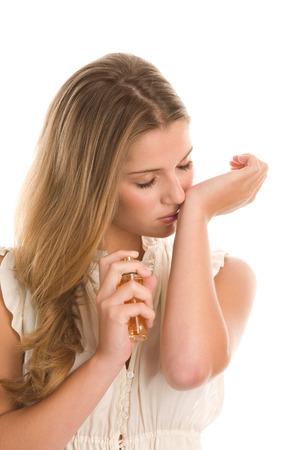 Mujer que huele perfume en su muñeca