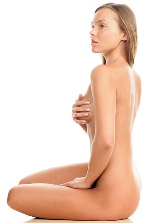 mujer desnuda sentada: Joven mujer desnuda sentada en el suelo