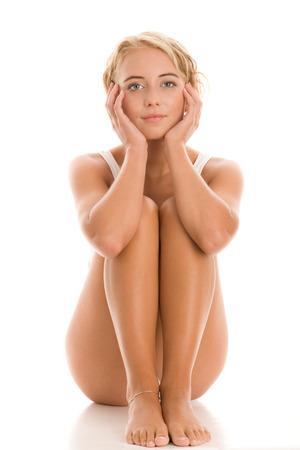 belles jambes: Barefoot jeune femme assise sur le plancher