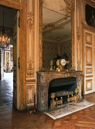 queen bed: Versailles, France - 10 August 2014 : Large mirror on a fireplace at Versailles Palace ( Chateau de Versailles ).