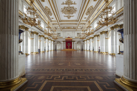 trono: San Petersburgo, Rusia - 03 de marzo 2015: el trono imperial y palacio en San Petersburgo, con paredes de oro