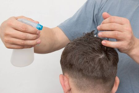 haircut: splashes water on his head during haircut Stock Photo