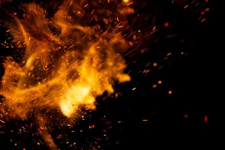 검정색 배경에 화재 불길