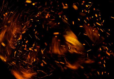 fogatas: llamas de fuego con chispas sobre un fondo negro Foto de archivo