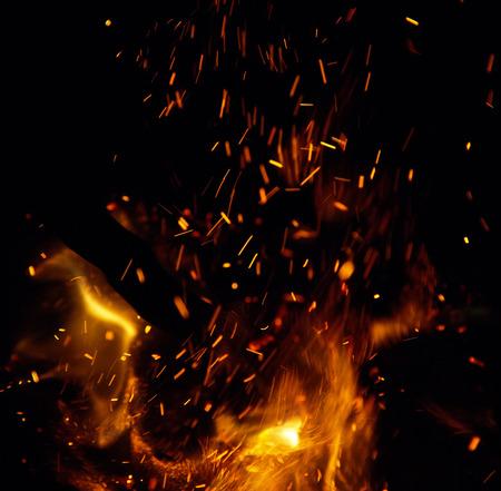 fogatas: fuego con chispas sobre un fondo negro Foto de archivo