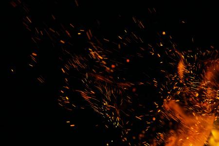 peligro: llamas de fuego con chispas sobre un fondo negro Foto de archivo