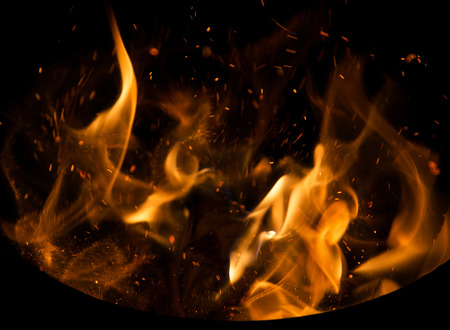 llamas de fuego: llamas de fuego con chispas sobre un fondo negro Foto de archivo
