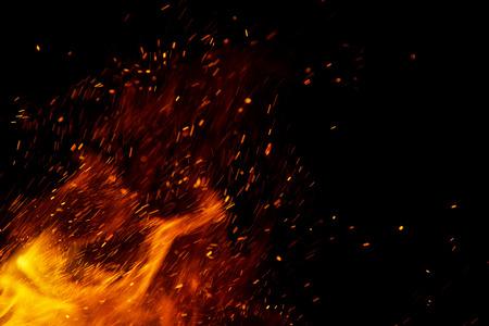 vuur vlammen met vonken op een zwarte achtergrond Stockfoto