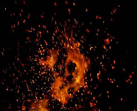 vlam van vuur met vonken op een zwarte achtergrond