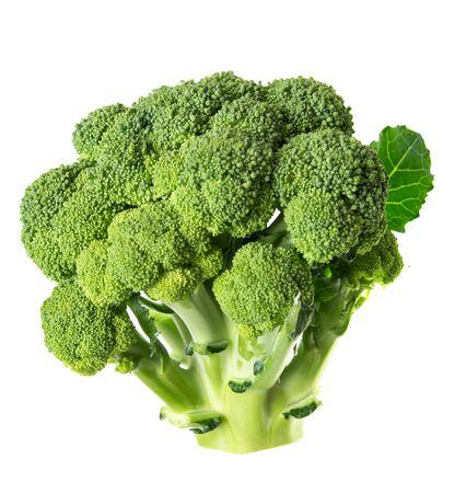 chou brocoli sur fond blanc