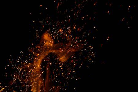 fiamma di fuoco con scintille su sfondo nero