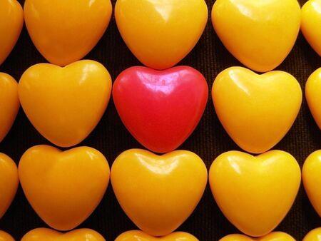 profesar: Pink caramelos coraz�n amarillo rodeado de corazones.  Foto de archivo