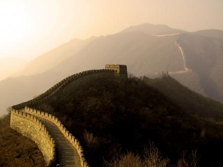 De Grote Muur van China (Mu Tian Yu) in het kader van een ondergaande zon. Februari 2007