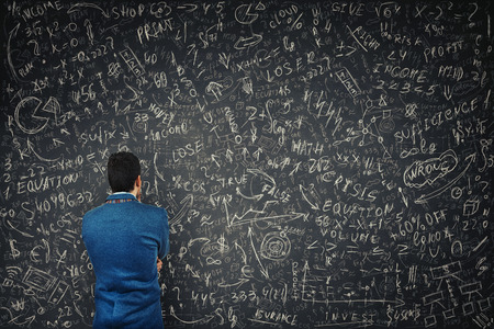 Rückansicht eines verwirrten Geschäftsmannes vor einer riesigen Tafel versuchen, harte mathematische Berechnungen, Formeln und Gleichungen zu lösen. Denken Sie an Projektideen und Geschäftsplanungskonzepte.