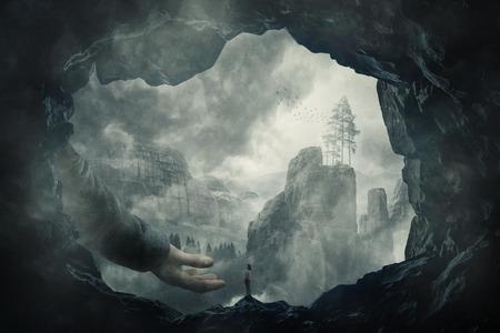 Vista surreale come una silhouette di una ragazza vagabonda sul bordo di una grotta di fronte a una mano tesa gigante. Mano misteriosa di aiuto e protezione per attraversare l'abisso nebbioso. Concetto di libertà. Viaggio sconosciuto.