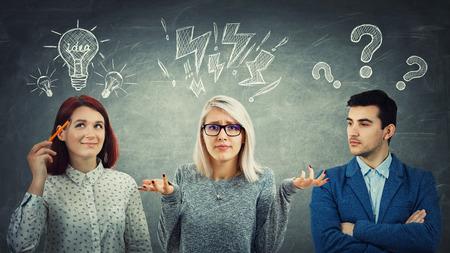Grupo de jóvenes pensando junto con signos de interrogación, bombillas y exclamación sobre la cabeza. Diferentes emociones para resolver problemas. Proceso de colaboración y trabajo en equipo empresarial.