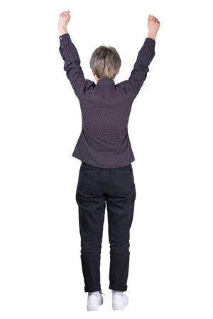 La retrovisione integrale della donna di affari tiene le armi alzate isolate sopra fondo bianco. Donna sicura e felice che celebra il successo vincente. Concetto di libertà.
