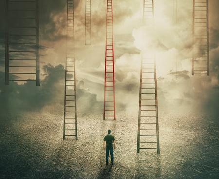 Homme debout devant d'énormes échelles qui montent vers le ciel. Choisir un escalier rouge différent de l'inconnu. Opportunité d'affaires, concept de développement de carrière. Chemin vers le succès futur, décision difficile. Banque d'images