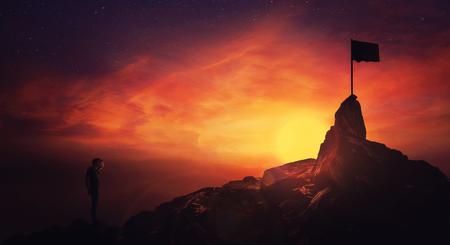 Concepto de superación personal, hombre escalador de la mano a la frente mirando atento al horizonte encontrando la bandera de llegada. Camino para lograr el éxito sobre el fondo del cielo al atardecer. Obstáculos de búsqueda de vida, alcanzando metas.