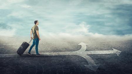 Voyageur type portant sa valise à roulettes, marchant sur une ligne de carrefour divisée de trois manières différentes sous forme de flèches routières. Choisissez la bonne direction à gauche, à droite ou à l'avant. Concept de décision difficile.