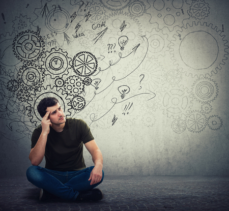 Mann, der hart auf dem Boden sitzt und nachdenkt, findet eine Lösung, um das Problem zu lösen. Andere Vorstellung, alternative Idee. Schalte Gehirnpfeile aus und verwirre sie als Gedanken. Konzept zur mentalen, psychologischen Entwicklung