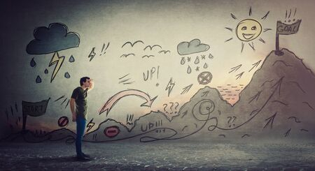 Gars confiant commençant une quête de vie avec des obstacles dessinés sur le mur. Surmonter soi-même une montagne imaginaire, gravir des hauts et des bas pour atteindre ses objectifs. Route difficile pour finir le drapeau. Métaphore du changement de carrière.