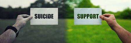 Psychologie des menschlichen Suizids und Therapielösung zur Unterstützung. Zwei Hände, die verschiedene Textpapierblätter halten