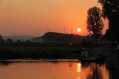 spiegelung: Eine Landschaft am Fluss Stock Photo