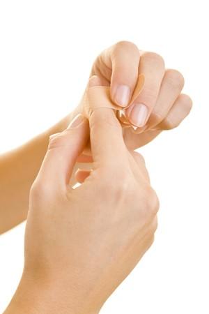 dedo indice: Manos la aplicaci�n de un adhesivo de yeso en el dedo �ndice