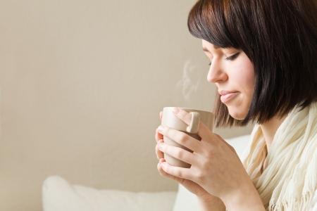 smell: Una mujer joven potable caliente taza de caf�