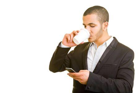 caf� � emporter: Homme d'affaires de boire du caf� et en utilisant son t�l�phone cellulaire Banque d'images