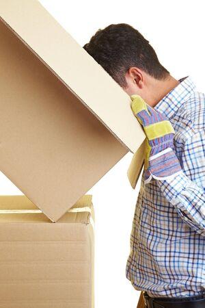 pappkarton: Arbeitnehmer nach einer Pappschachtel Lizenzfreie Bilder