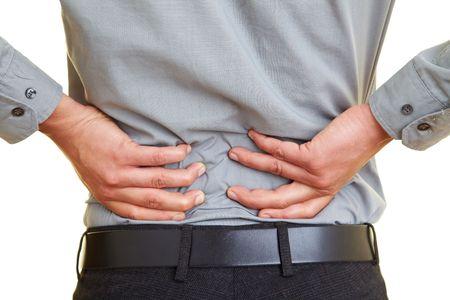 dolor de espalda: Hombre de pie con dolor en la espalda