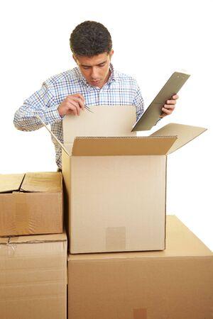 boite carton: Homme � compter du presse-papier le contenu de bo�tes de carton