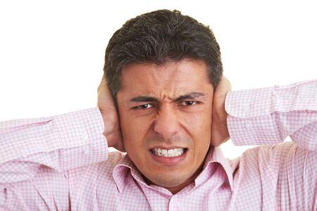 dolor de oido: El hombre que cubre sus o�dos con las manos Foto de archivo