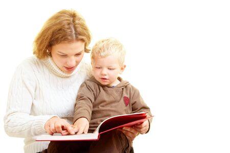suspens: M�re de lire un livre avec son fils