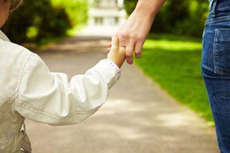 hold: Mutter und Tochter gehen Hand in Hand spazieren