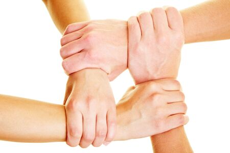 solidaridad: Manos que sostienen otras manos en las mu�ecas