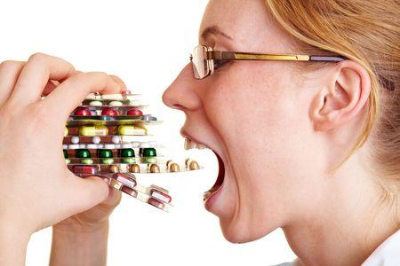 simbolo medicina: Enfermera celebraci�n muchas pastillas de colores en sus manos Foto de archivo