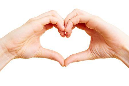 Deux mains formant une forme de coeur avec les doigts.
