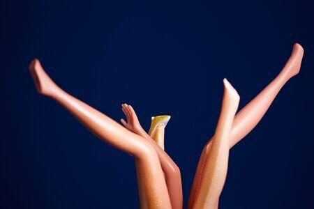luxacion: Las piernas y una mano de las mu�ecas de cabeza Foto de archivo