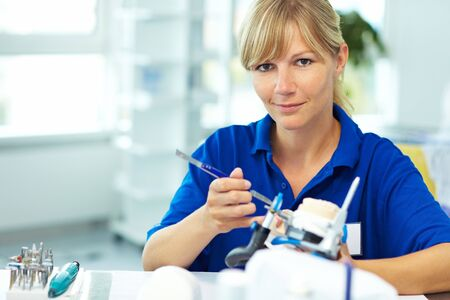 prothese: Zahntechniker arbeiten auf eine Zahn-Krone