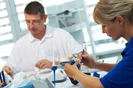 laboratorio dental: Dos t�cnicos dentales que trabajan en un laboratorio dental